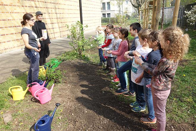 Wir säen Wildblumen für unsere Bienen